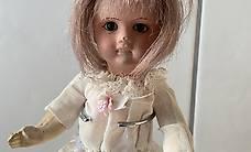 Antike Puppe Mädchen Kurzhaar - weisses Kleid mit Ständer