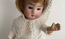 Antike Puppe Mädchen Kurzhaar - weisses Kleid mit Haube