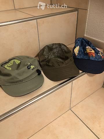 Verschiedene Hüte für den Sommer und Badehosen