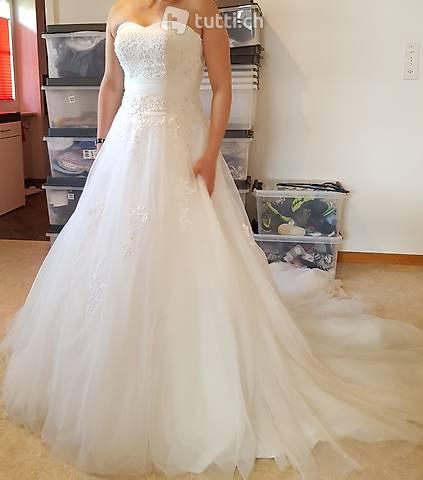 traumhaftes Hochzeitskleid inkl. passender Reifrock
