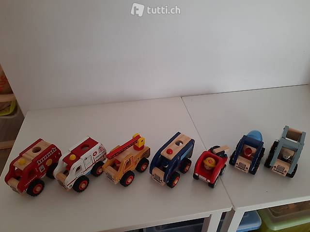 Vendo camioncini di legno...polizia, pompieri, etc.